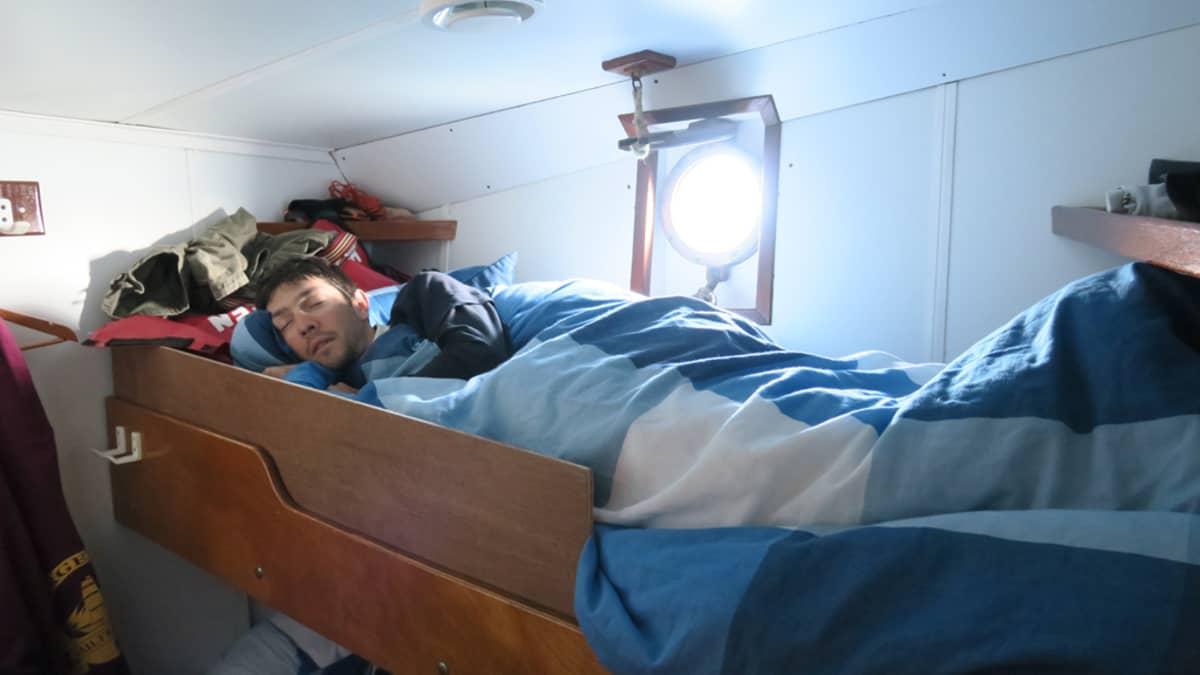 Uni maistuu vahtivuoron jälkeen Baskimaasta kotoisin oleva Titouan nukkumassa hytissään joka sijaitsee laivan keulassa