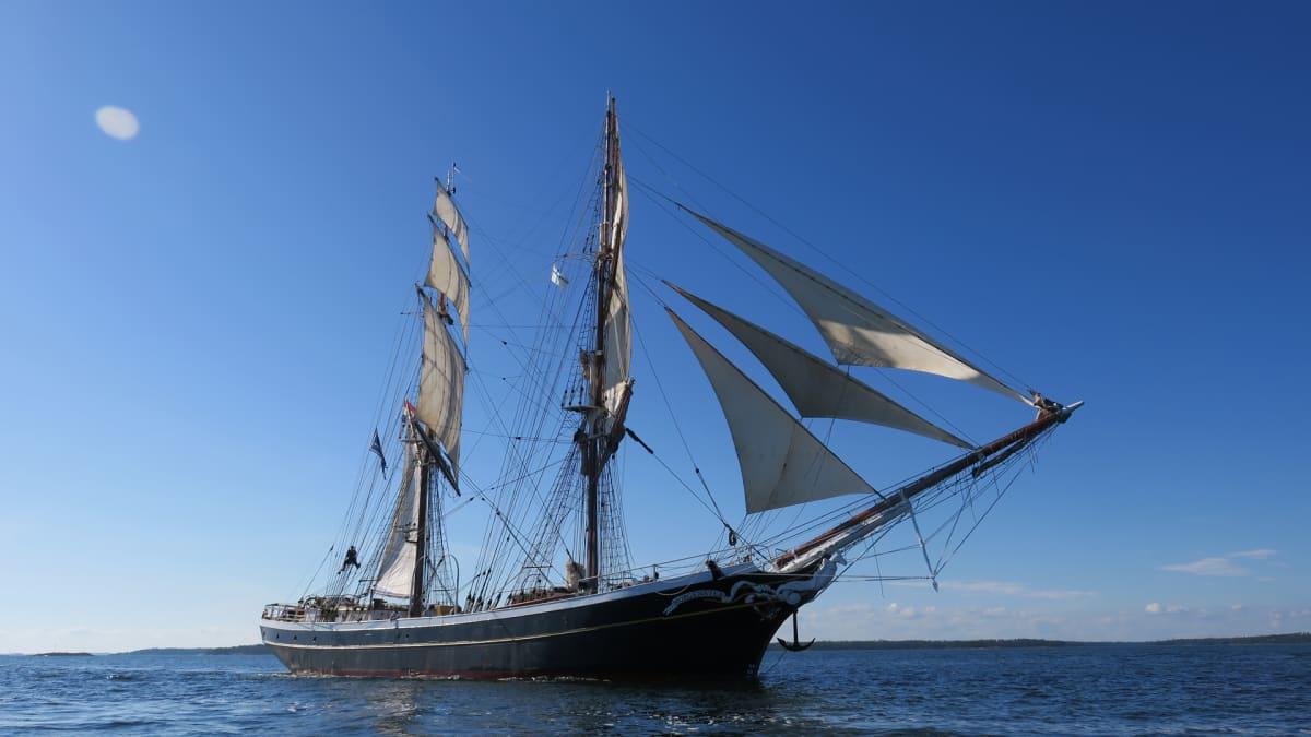 Maanantaina iltapäivästä tuulta riitti sen verran, että miehistö päätti nostaa purjeet ylös.