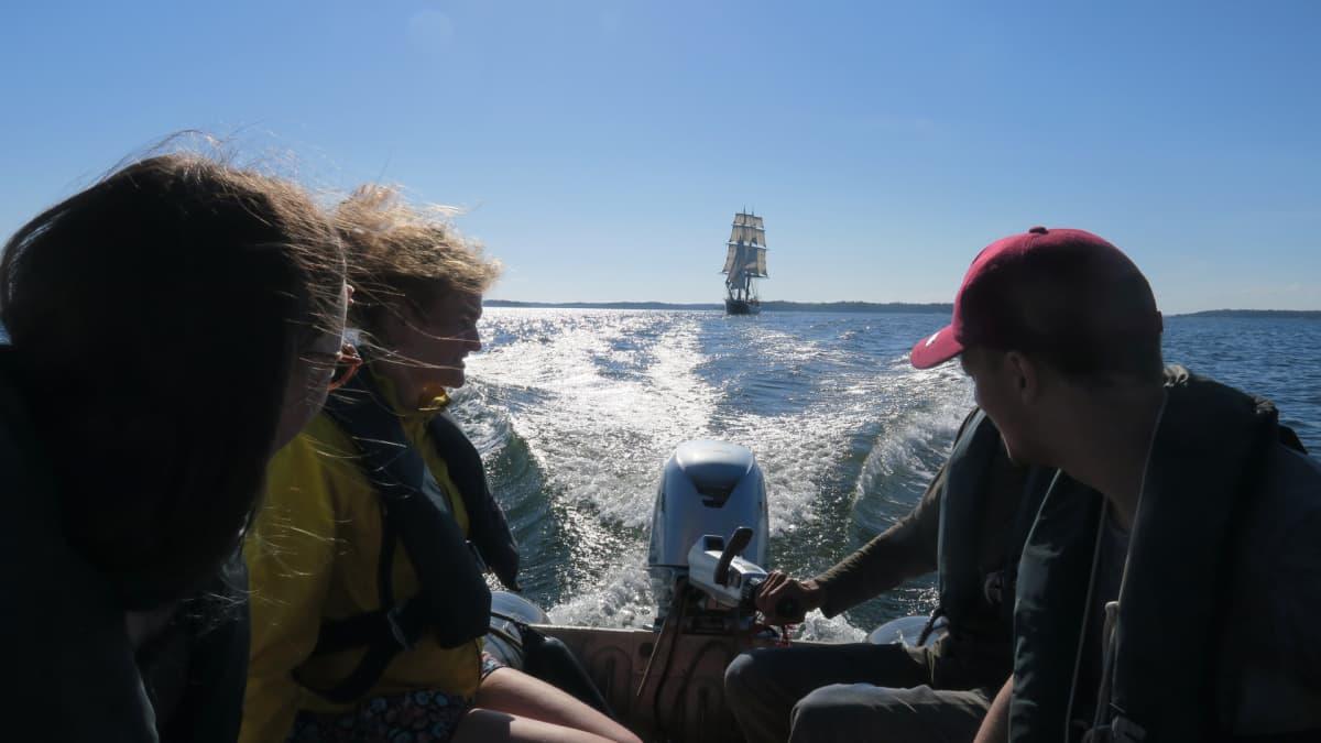 Kumivene kiitämässä karkuun Morgensterilta. Matkan tarkoituksena on löytää rantautumispaikka Morgensterille, mutta sitä emme vielä tiedä.