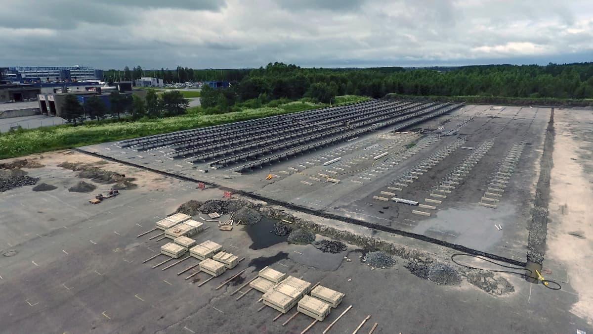 Aurinkopaneelit tulevat peittämään koko asfalttikentän sekä alueita sen ympäriltä Atrian tehtaalla Nurmossa.