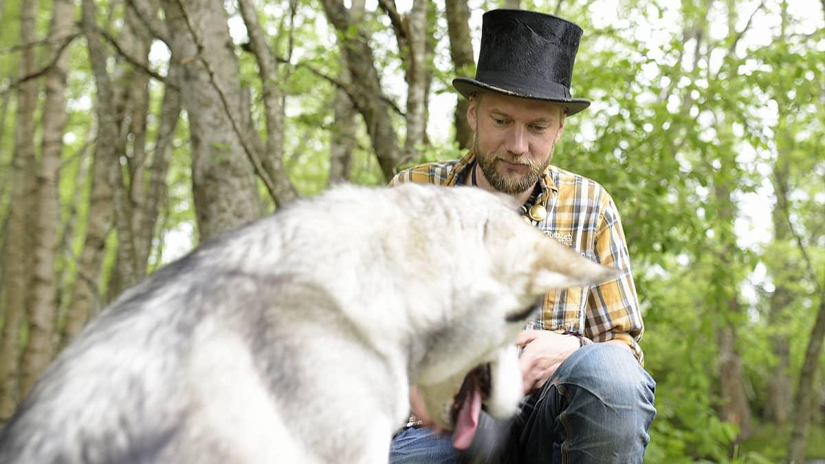 Juha Järvinen metsässä koiransa kanssa.
