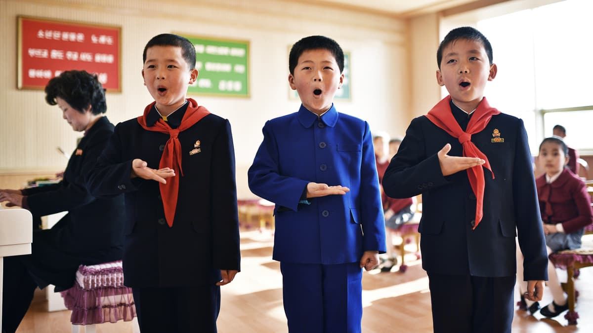 Lapset laulavat musiikkitunnilla.