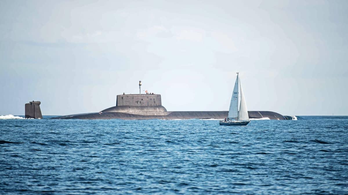Venäläinen ydinsukellusvene Dmitrij Donskoj vedessä.