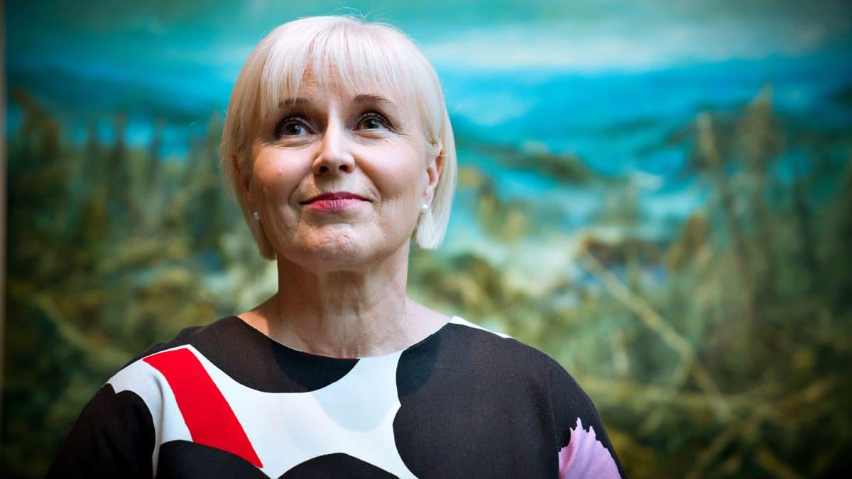Seija Paasonen Ateneumissa. Taustalla Petri Ala-Maunuksen teos Vaara-Suomi.
