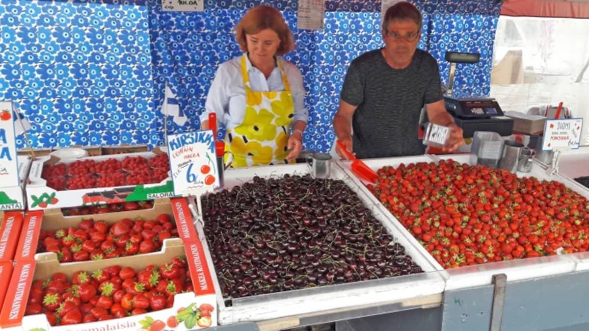Åke ja Riitta Dahlström myyvät marjoja.