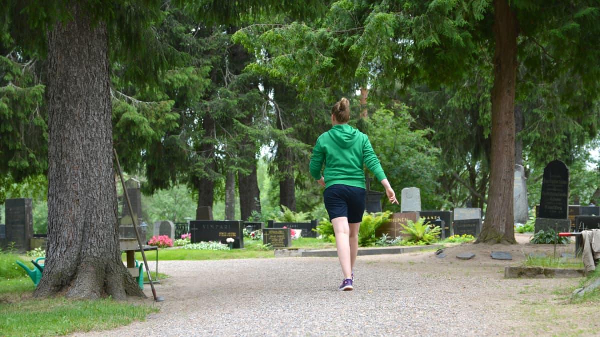 Hautausmaalla voi lenkkeillä rauhallisesti.