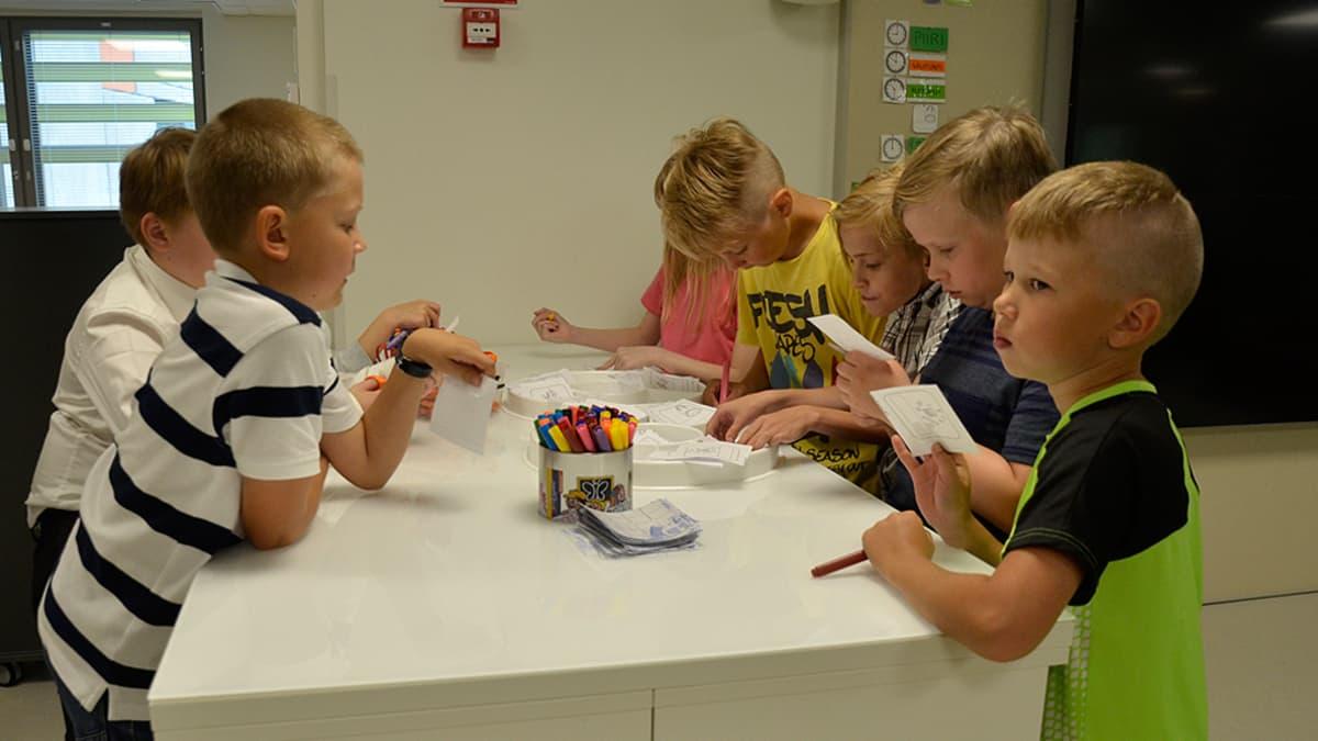 Oppilaat työskentelevät uudenlaisessa opetusympäristössä.