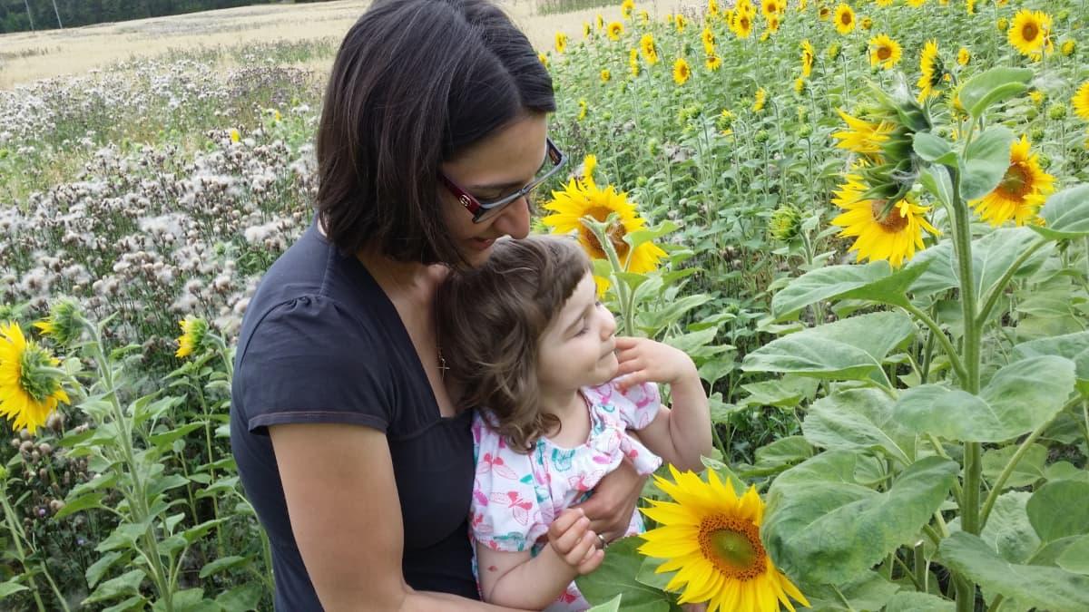 Maria Georgiatou poimimassa kukkia.