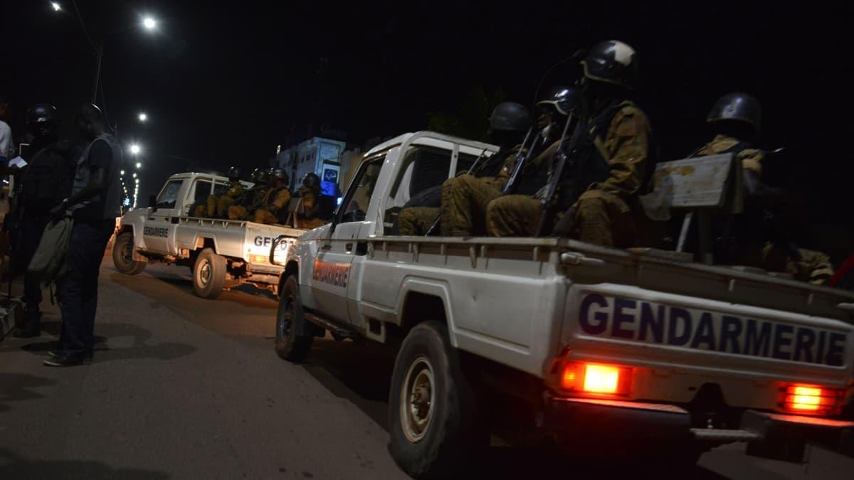 Burkina Fason poliisiviranomaiset ja sotilaat partioivat kaduilla iskun jälkeen Ouagadougoussa 13. elokuuta.