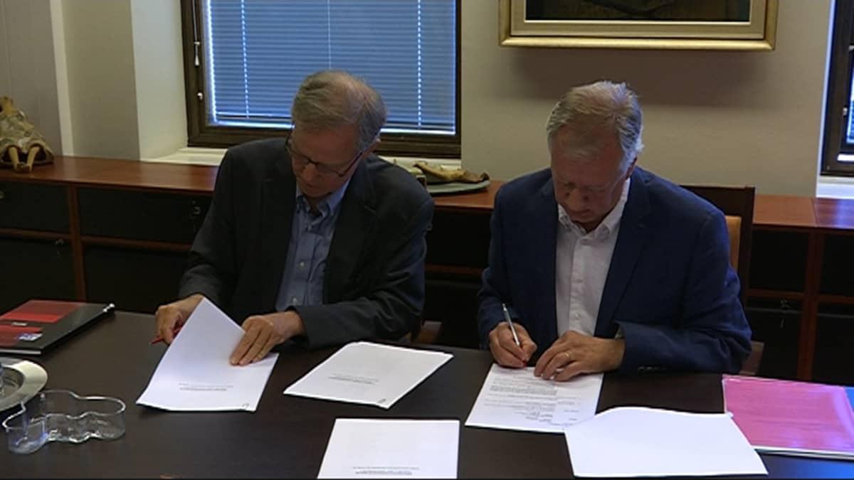 Cameron Sawyer ja Tom Masalin allekirjoittavat vuokrasopimuksen