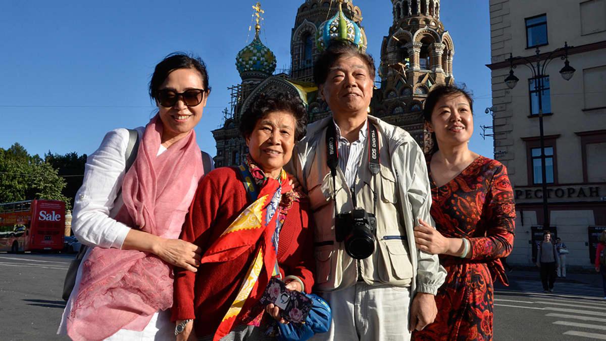 Kiinalainen perhe Verikirkon edustalla Pietarissa.