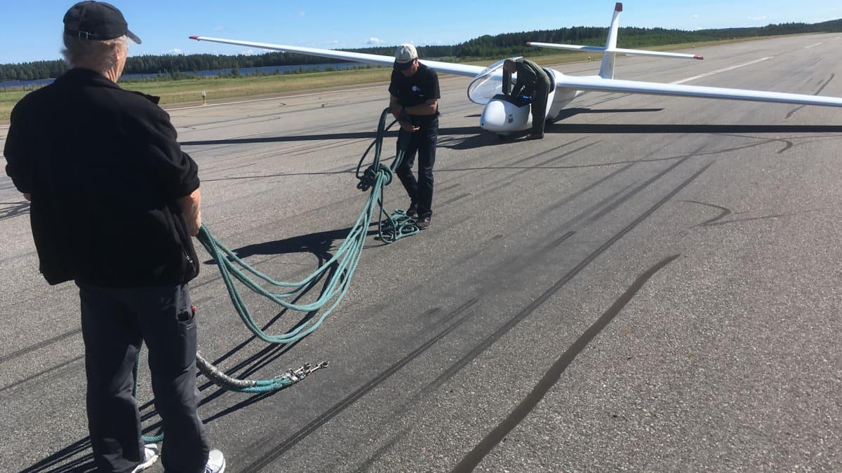 Purjelentokoneen valmistelua lentoa varten.