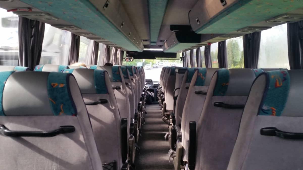 Linja-auton matkustamo.