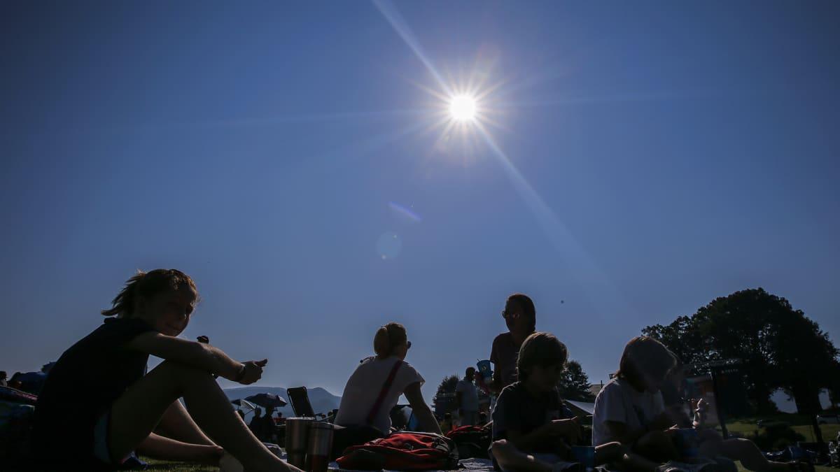 ihmiset katselevat auringonpimennystä