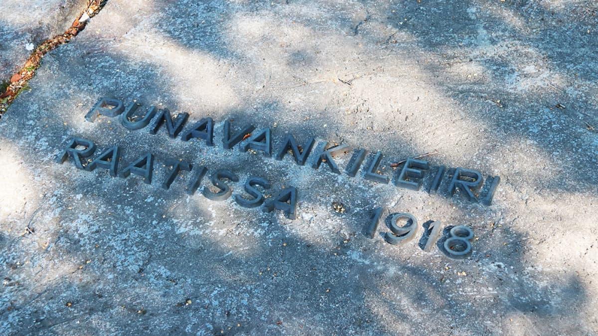 Oulun Raatin punavankileirin muistomerkki on taiteilija Jouko Toiviaisen käsialaa.