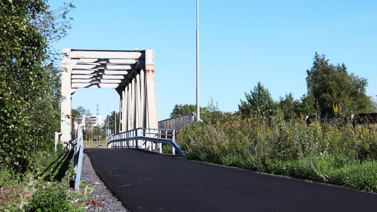 Saksalaisaotilaiden vuonna 1942 rakentama Toppilan vanha rautatiesilta on nykyisin kävelytie.