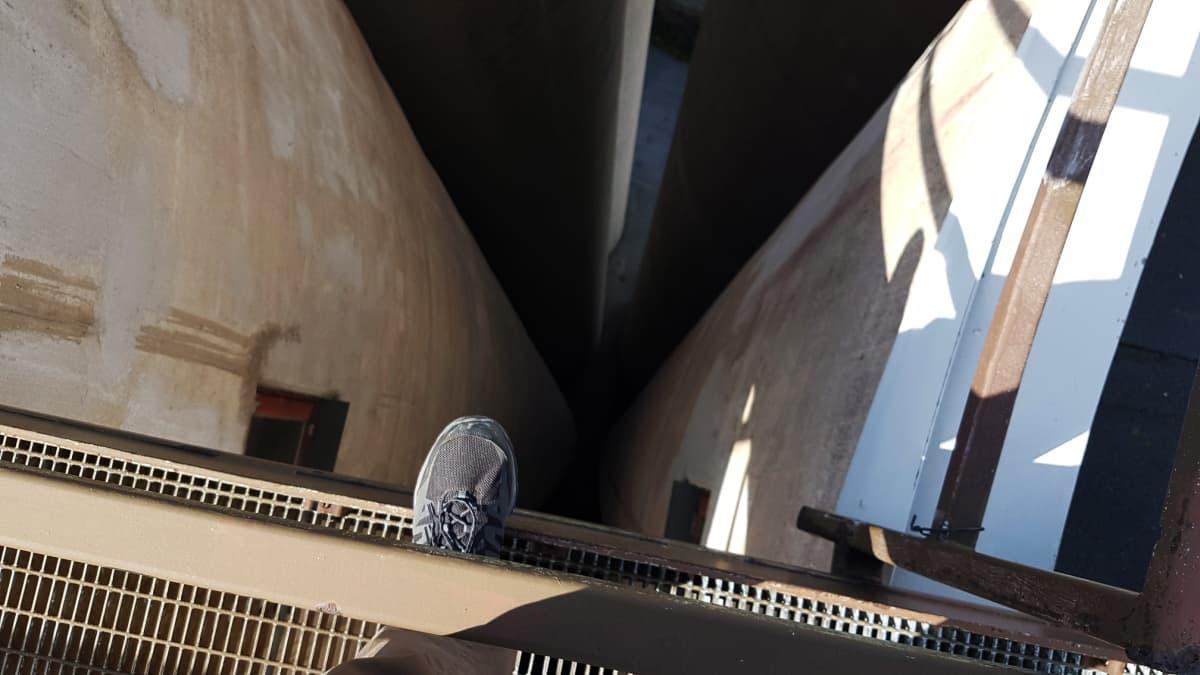 Naantali viljasiilot kohoavat 70 metrin korkeuteen