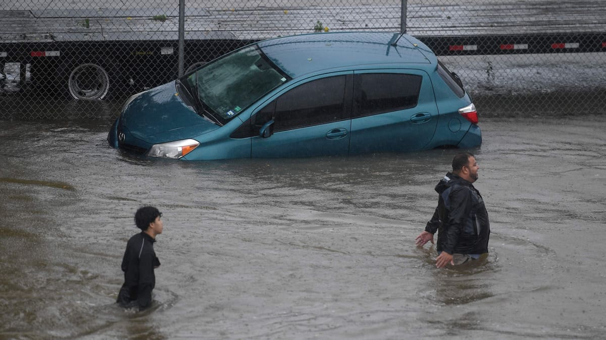 Ihmiset kahlasivat vyötäröään myöden vedessä pelastautuessaan Harveyn aiheuttamien tulvien jäljiltä Houstonissa Texasissa 28. elokuuta.