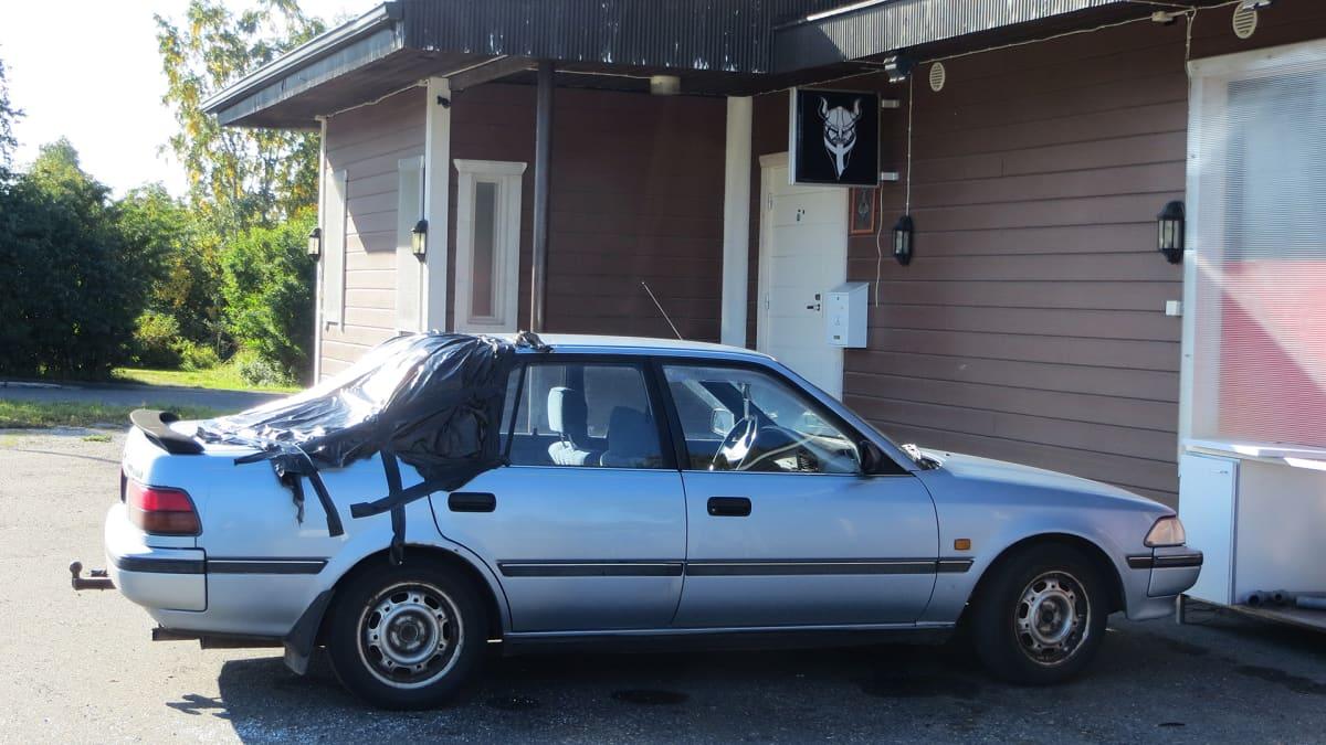Laseihin ammuttu auto kerhotilan parkkipaikalla.