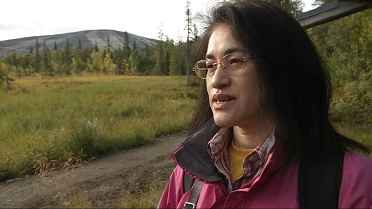 Japanilainen Tomoko Sasaki toivoo näkevänsä poron patikkaretkellään Ylläksellä.