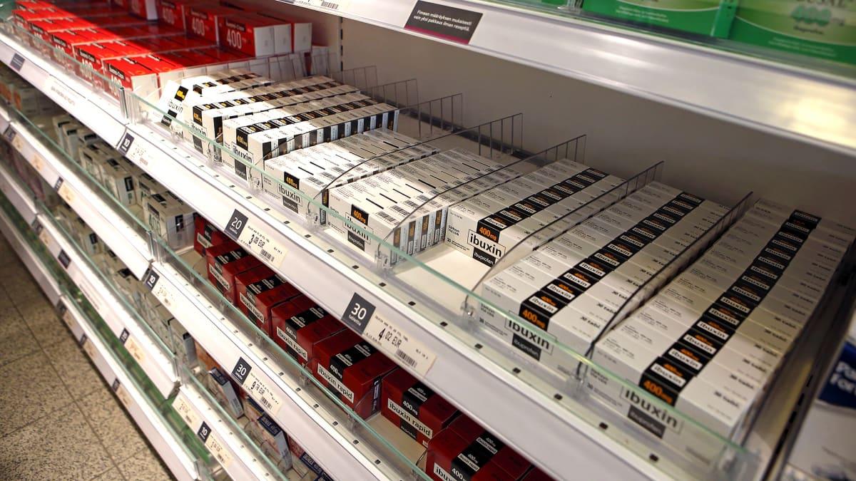 Särkylääkkeitä hyllyssä myynnissä.