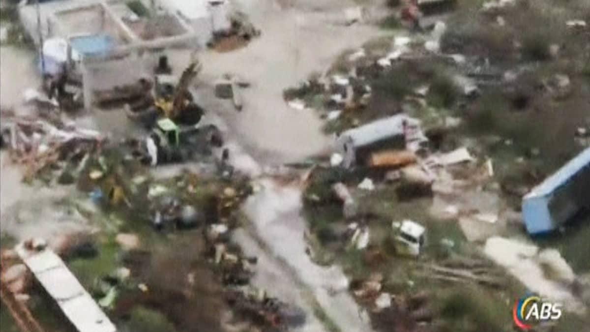 Ilmakuva hurrikaani Irman tuhoista Antigua & Barbudan saarivaltiossa 6. syyskuuta - maassa busseja ja rakennusten osia.