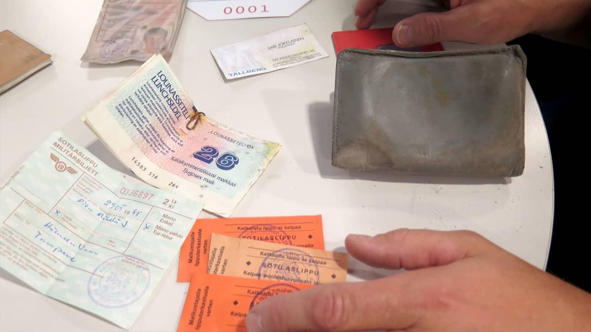 Janne Mäkelän löytyneessä lompakossa olleita tavaroita