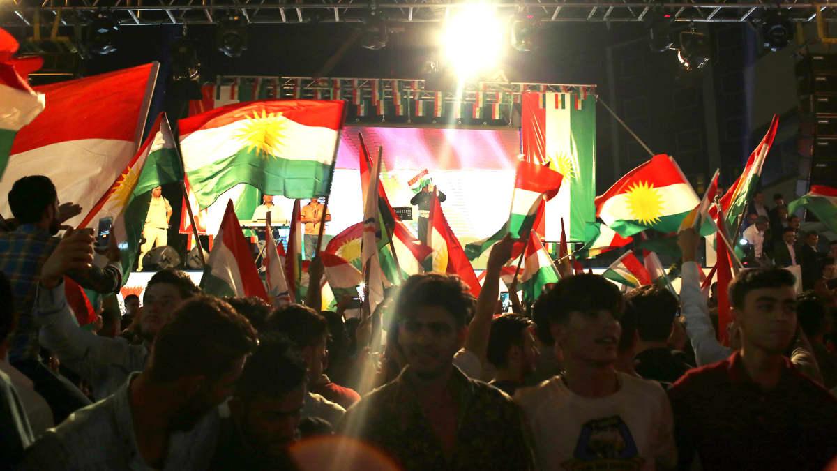 Kurdimielenosoittajat vaativat kansanäänestystä itsenäisyydestä Erbilissä.