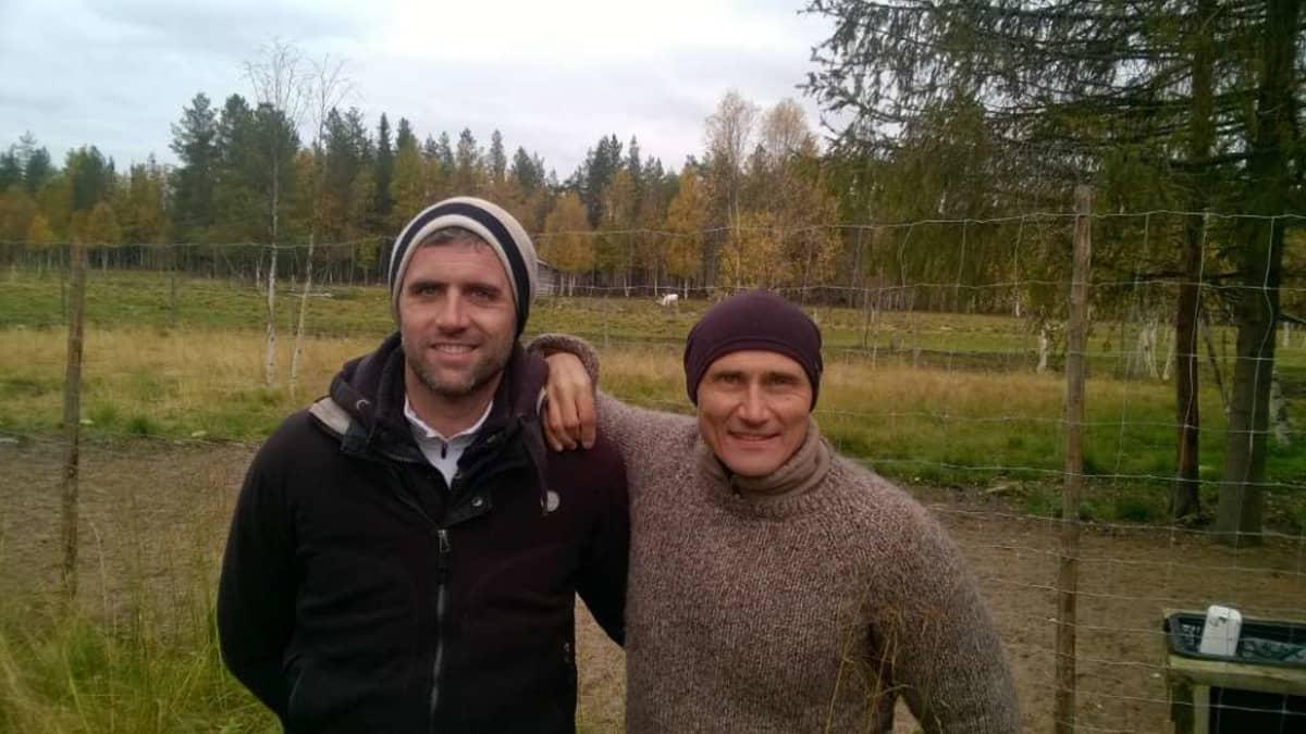 Poron vuosi -elokuvan tuottajat Laurent Baudens ja Marko Röhr posiolaisella Ylitalon poromatkailutilalla.