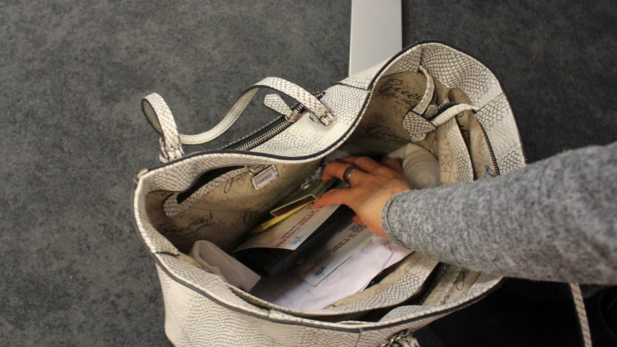 Avaimet ja kännykät saattavat kadota helposti käsilaukkuun.