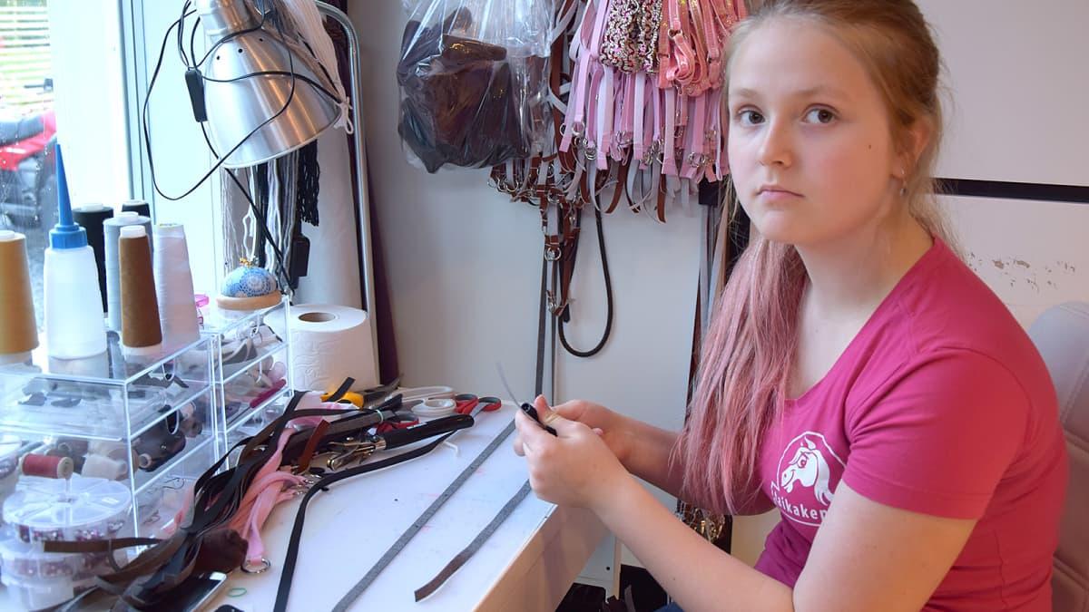 13-vuotias tyttö valmistaa keppihevostarvikkeita
