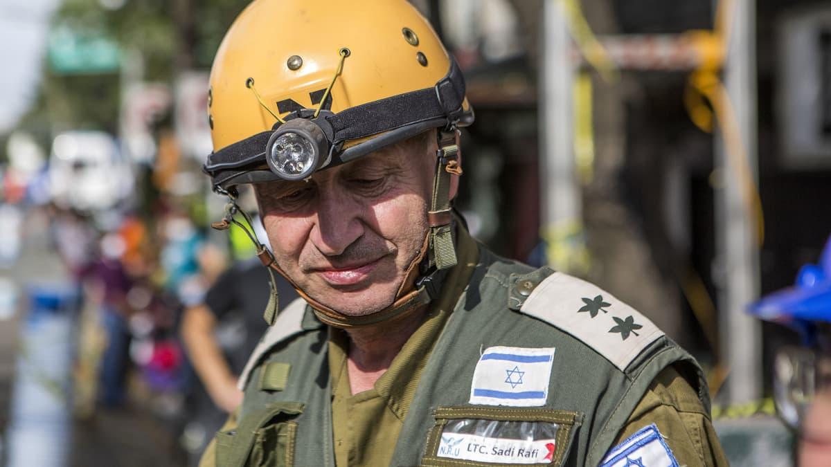 Israelilainen luutnantti Sadi Rafi raivaustöissä