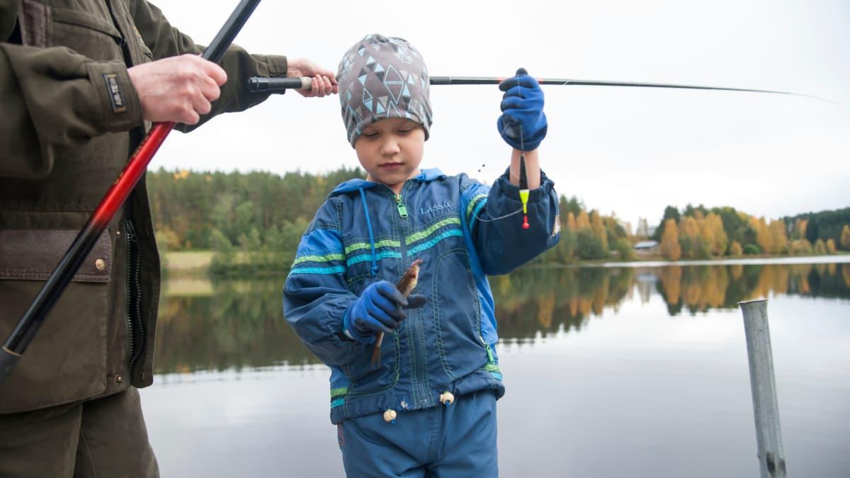 Topias Jaakkola kalassa isoäitinsä Pirkko Hirvosen kanssa.