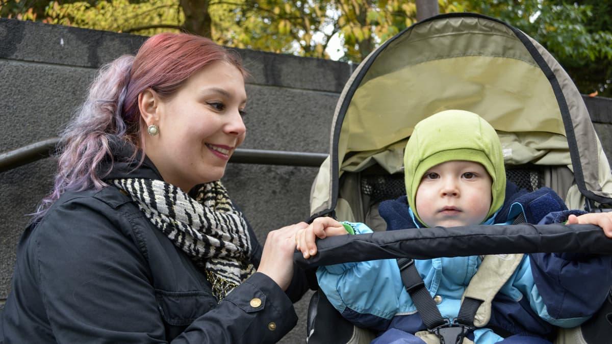 laura grönberg ja vauva vaunuissa