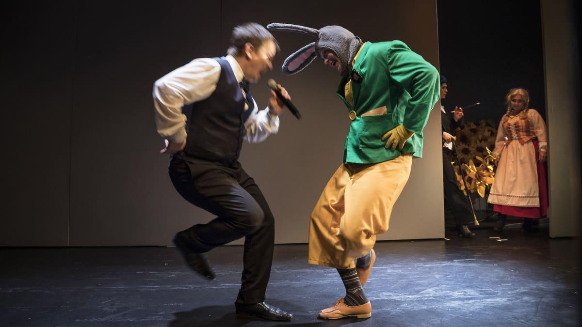 Kaksi miestä tanssii