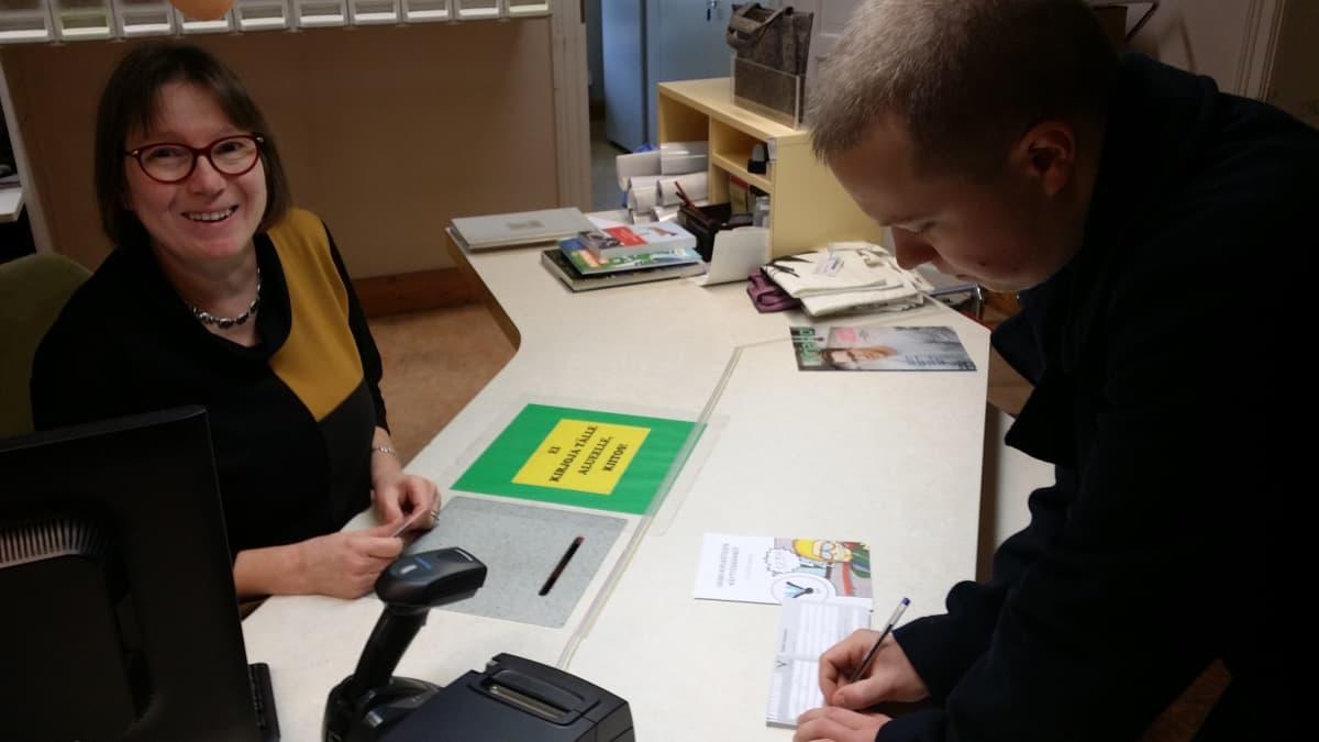 Aleksi Saranki hankki kirjastokortin Uudenkaupungin kirjastossa.