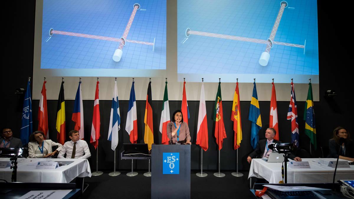 Virgo Interferometerin edustaja Samaya Nissanke (kesk.) puhui European Southern Observatoryn  lehdistötilaisuudessa Garchingissa Saksassa 16. lokakuuta.