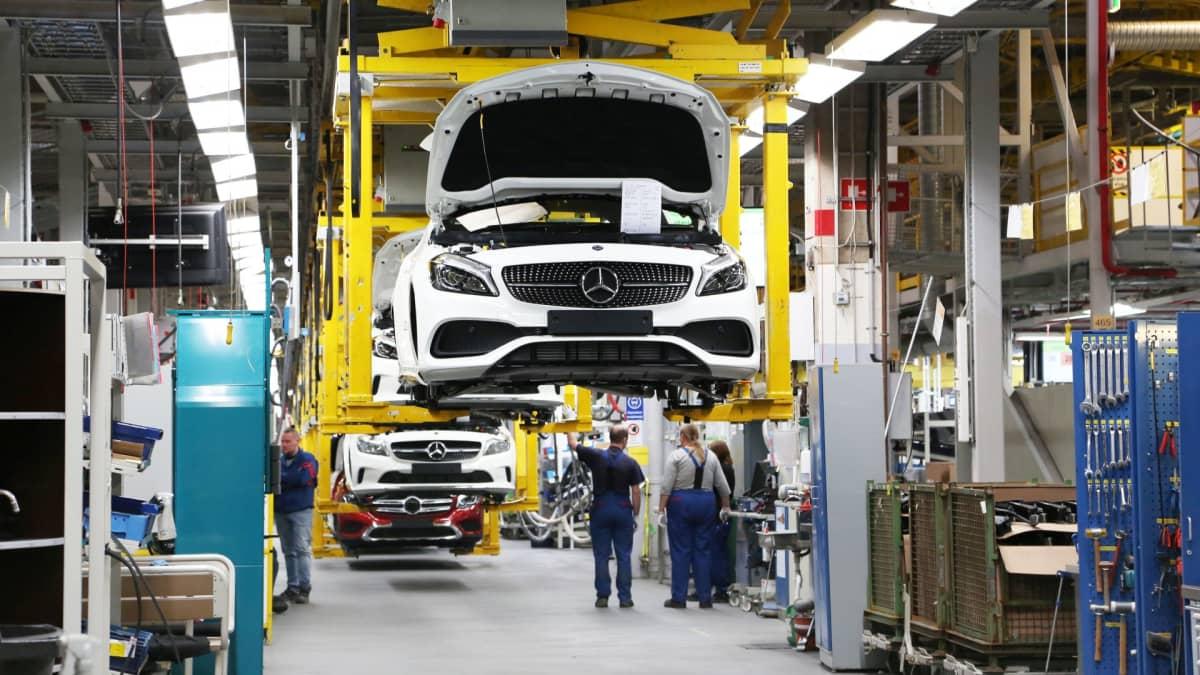 Mercedes Benz GLC-katumaastureita valmistuu Uudenkaupungin autotehtaalla.
