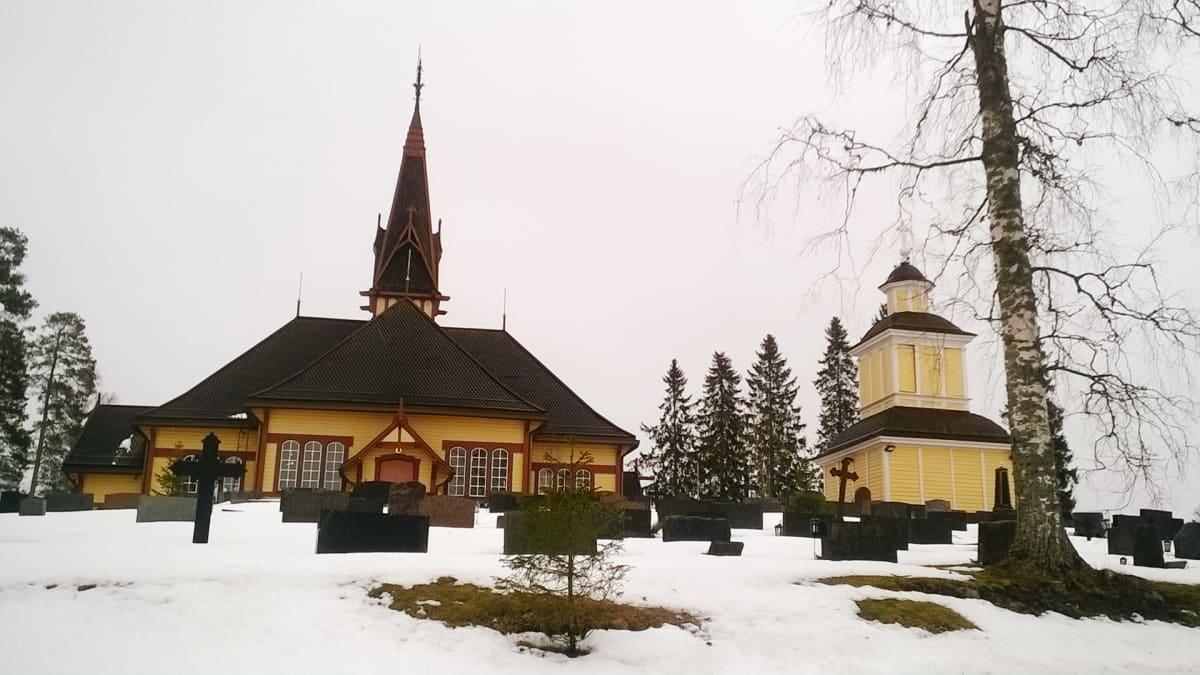 Perhon kirkkomäki ja kirkko.