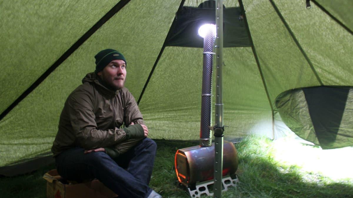Stefan Melander lämmittelemässä teltassa.