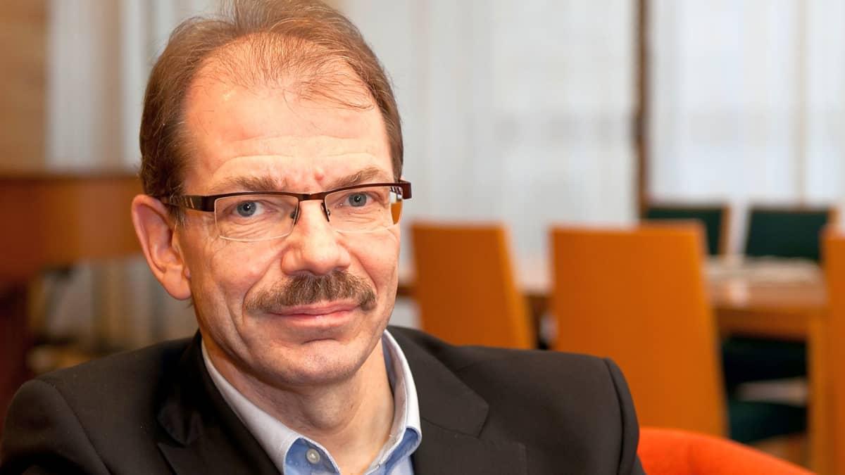 Professori Lasse Mitrosen mukaan ostopäätökset tehdään nykyisin digitaalisen markkinoinnin perusteella.