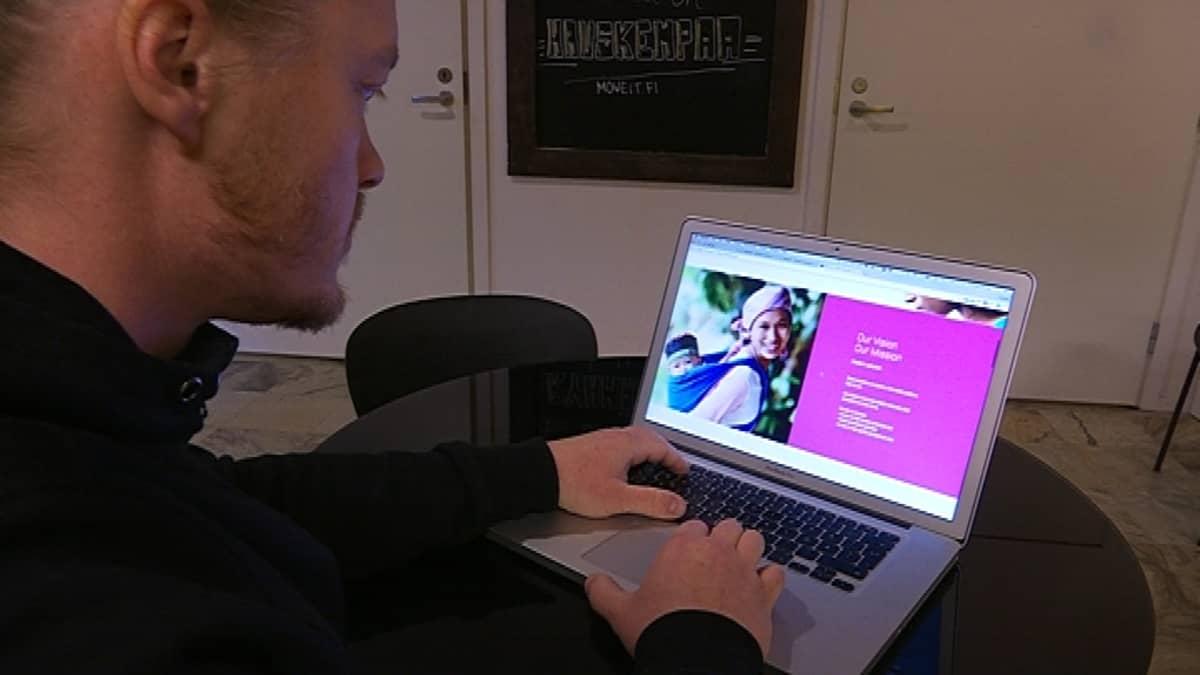 Tuomas Nyman tutkii nettisivuja