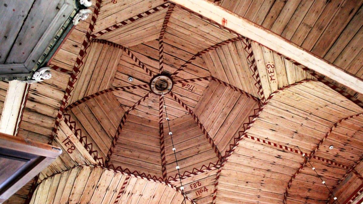 Kirkon katto on näyttävää puusepäntyötä.