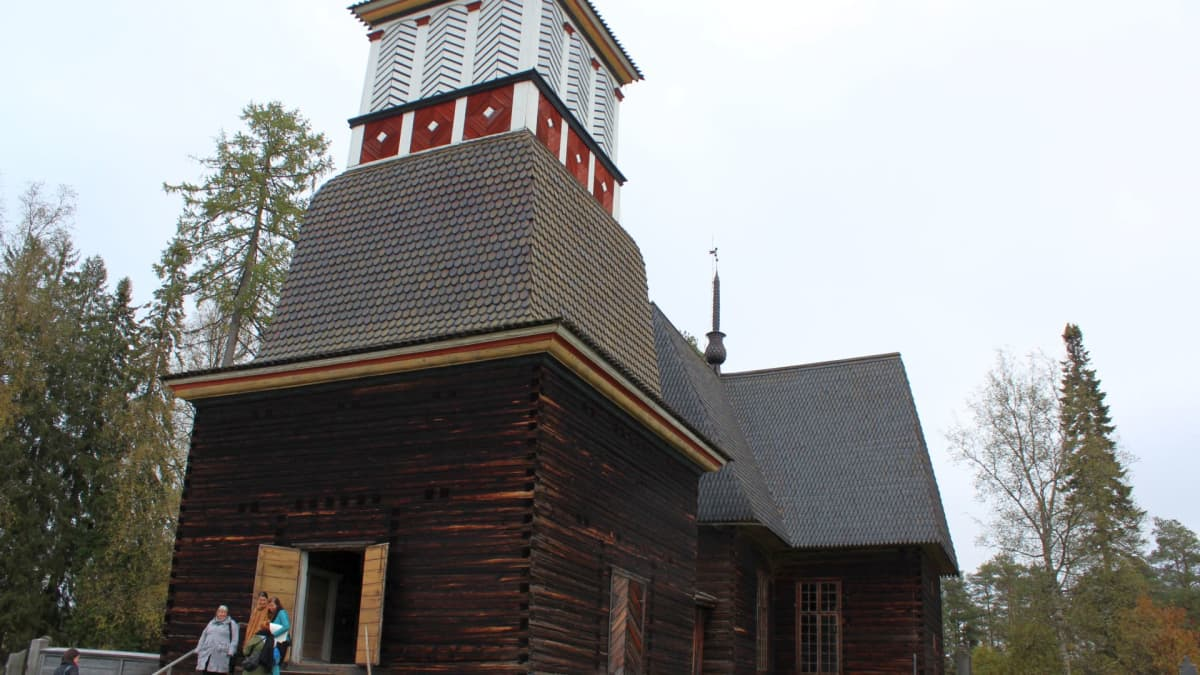 Petäjäveden vanha kirkko tapulin suunnasta.