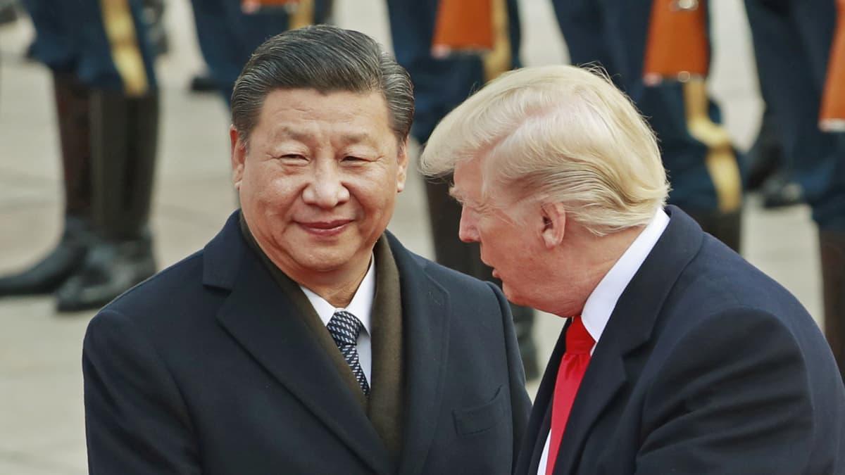 Xi Jinping ja Donald Trump tervetuliaisseremoniassa.