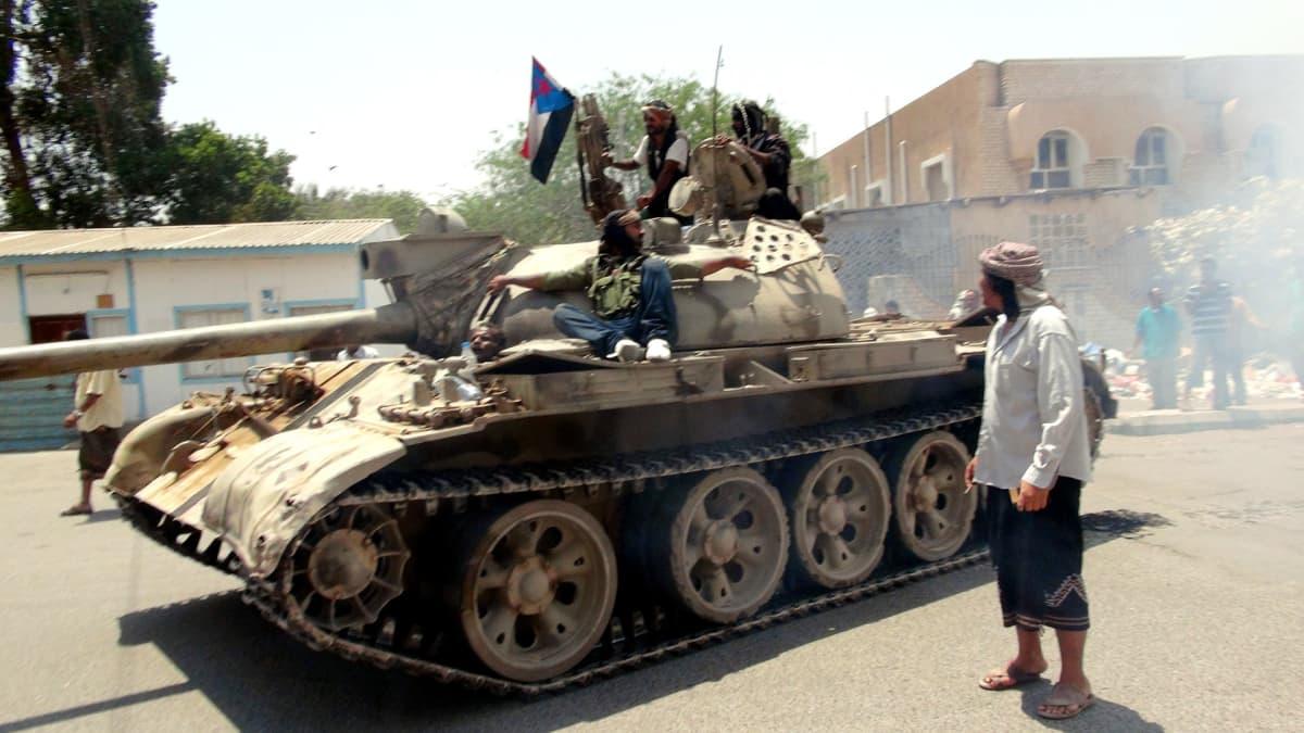 Presidentille uskollisten sotajoukkojen panssarivaunu Adenissa.