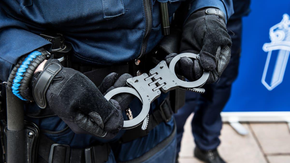 Poliisin käyttämät käsiraudat.