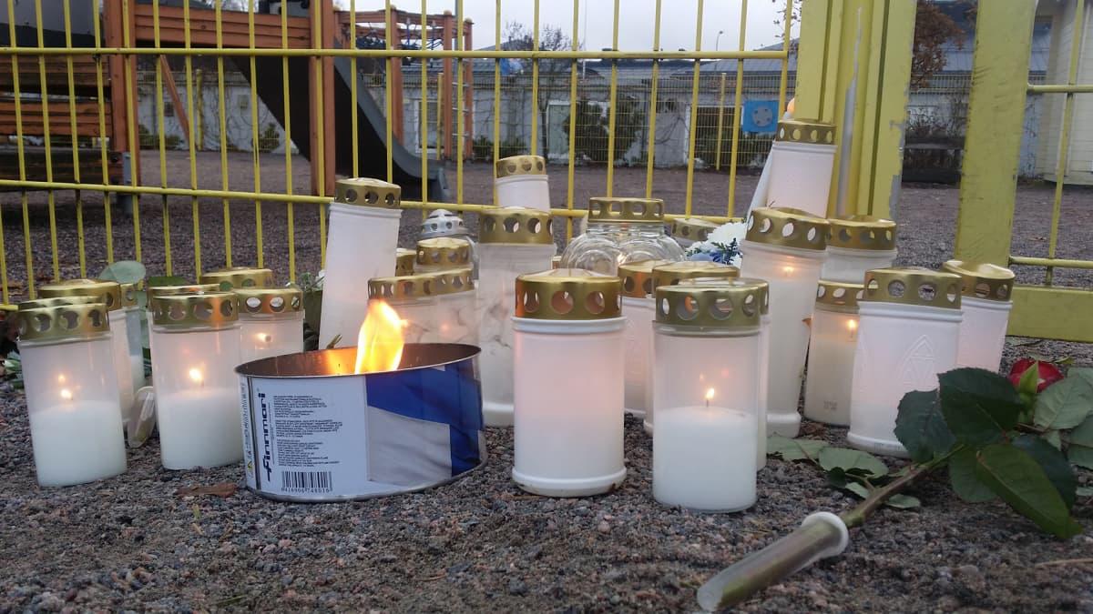 Kynttilöitä Porvoon Lyseon leikkikenttällä.