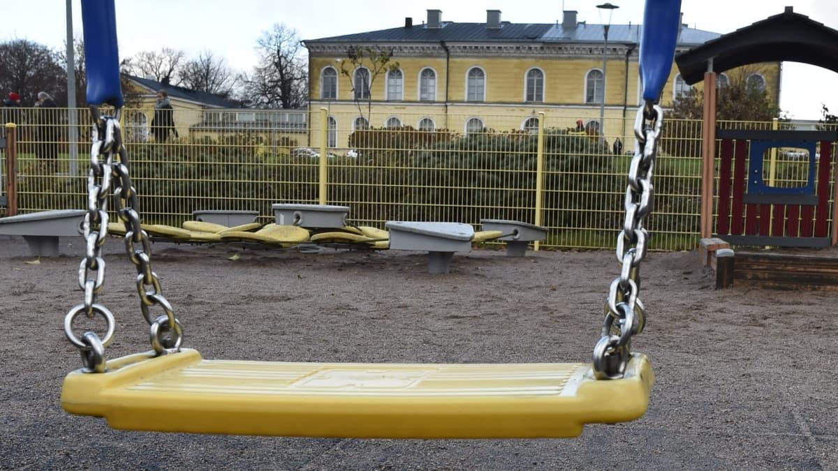 keinu leikkipuistossa