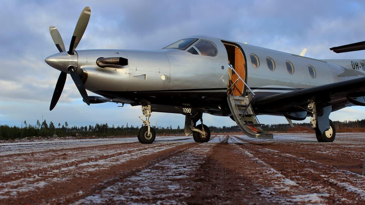 Lentokone Pyhtään lentokentällä.